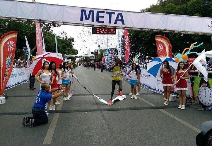 El keniano Peter Lemayian Nkaya fue el ganador del Maratón de Mérida 2016. Más de mil 500 atletas participaron en el maratón y carrera de 10 kilómetros.(Marco Moreno/SIPSE)
