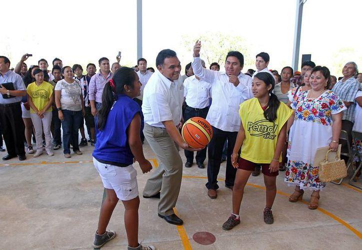 El gobernador Rolando Zapata Bello es fuerte promotor del deporte. (SIPSE)
