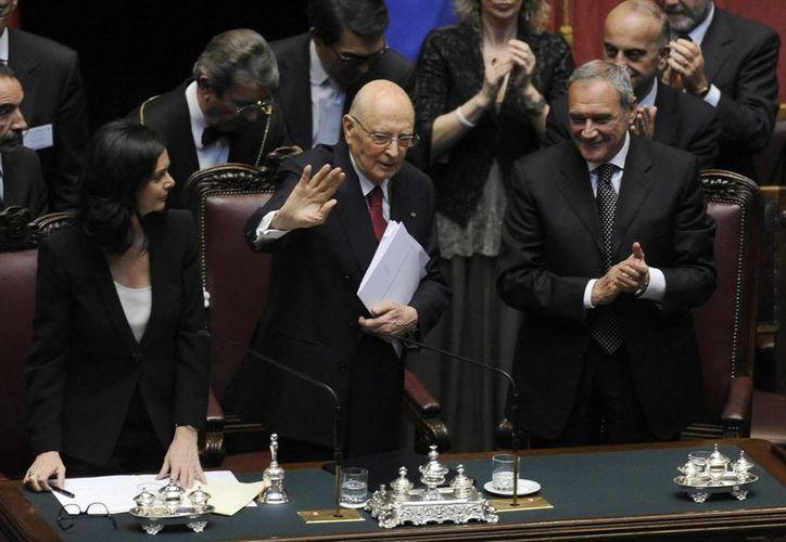 Giorgio Napolitano (c) en la ceremonia de jura de su cargo junto a la presidenta de la Cámara de los Diputados. (EFE)