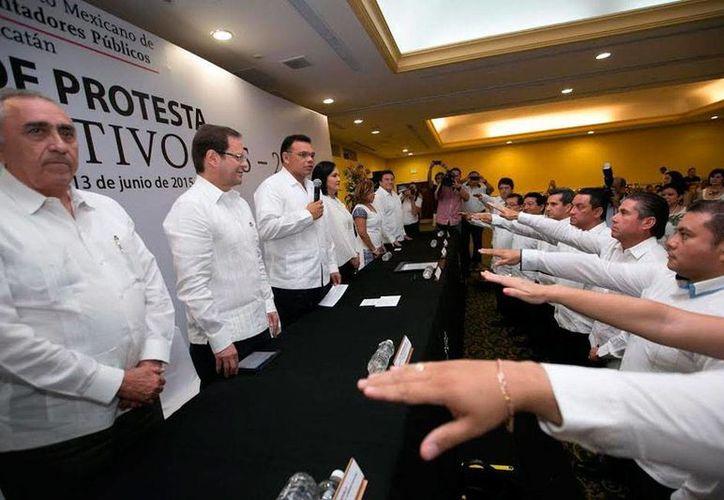 Momento en que la nueva directiva del Colegio de Contadores Públicos de Yucatán toma protesta, en presencia del gobernador del Estado, Rolando Zapata Bello. (Cortesía)