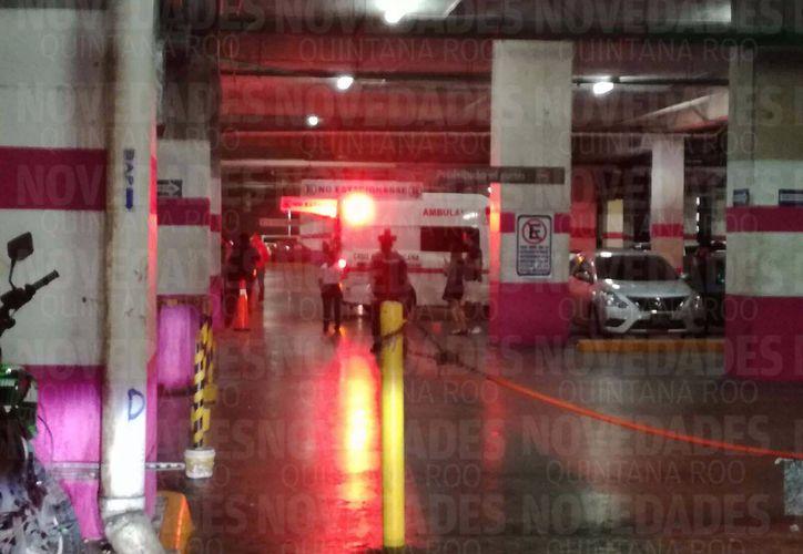 Una persona perdió la vida tras ser baleada en Plaza Malecón Américas, esta tarde. (Eric Galindo/SIPSE)