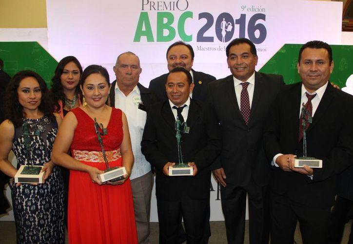 Profesores de Yucatán recibieron el premio ABC 2016, en la Ciudad de México. (Cortesía)