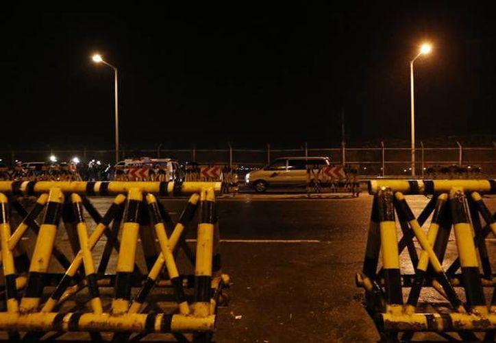 Trabajadores surcoreanos abandonaron las instalaciones de una fábrica que administran ambos países. (AP)