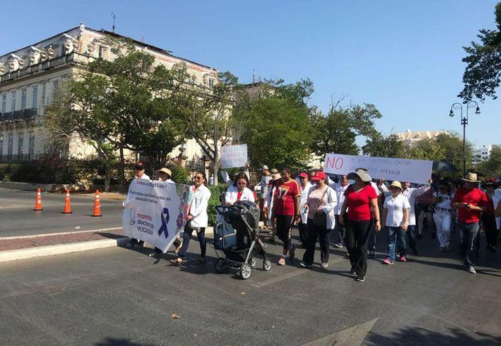 El pasado domingo médicos y pacientes realizaron una marcha en Mérida para brindar su apoyo a sus colegas de Oaxaca. (José Salazar/Milenio Novedades)