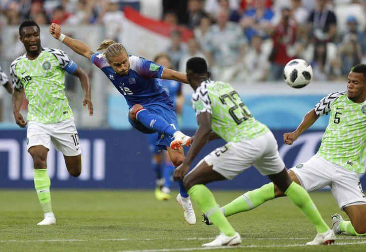 Nigeria mostró seguridad en la cancha, logrando vencer 2-0 a Islandia. (AP)