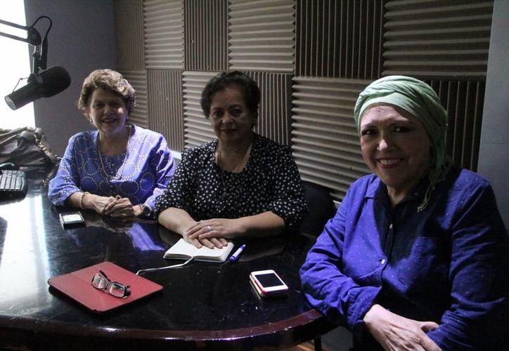 Doña Alis García junto con su invitada de la emisión radiofónica de Salvemos Una Vida. (José Acosta/SIPSE)