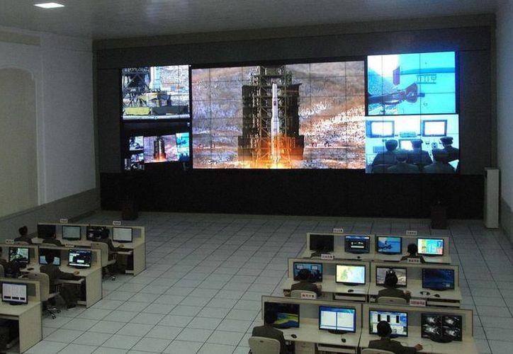 Fotografía cedida por la Agencia de Noticias Norcoreana (KCNA), el 12 de diciembre de 2012 donde científicos y técnicos observan el lanzamiento de un cohete balístico de largo alcance desde el Centro Espacial Sohae, condado de Cholsan, provincia del norte de Pyongang. (EFE)