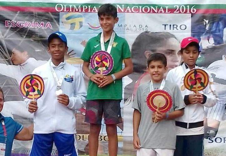 Fotografía del yucateco Rodrigo Pacheco, en el podium de la Olimpiada Nacional, en Acapulco. (Milenio Novedades)
