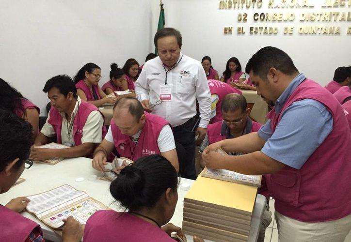 Los consejeros y consejeras, con el apoyo de personal auxiliar, prepararon los paquetes. (Benjamín Pat/SIPSE)