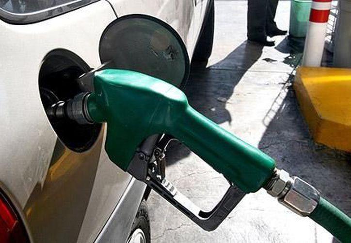 """De acuerdo a Hacienda, el próximo año no habrá un """"salto súbito en la cotización del combustible"""". (Notimex)"""