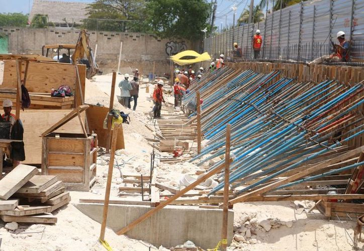 La obra que dañó parte de la vía pública de Playa del Carmen, fue retomada ayer. (Adrián Barreto/SIPSE)
