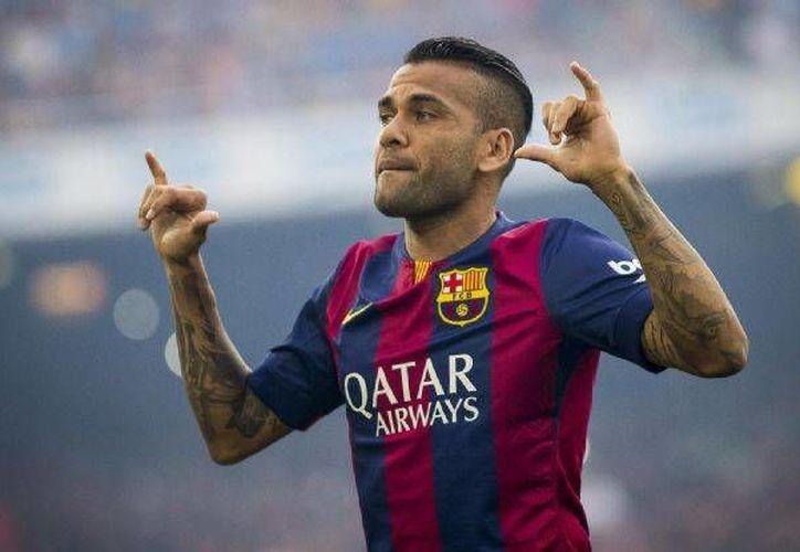 Dani Alves prolonga vínculo con Barcelona por dos temporadas más y una opcional, el lateral brasileño llegó a los blaugranas en 2008, procedente del Sevilla. (Facebook oficial/ FC Barcelona)