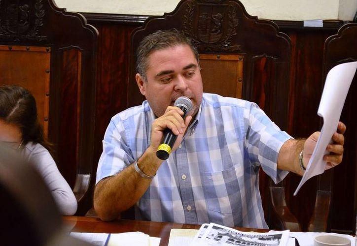 El regidor priista  Enrique Alfaro Manzanilla durante la exposición de sus denuncias en el Cabildo. (SIPSE)