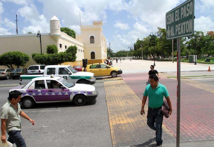 Imagen de un paso peatonal entre la Facultad de Odontología de la Uady y la la expenitenciaría Juárez   enfrente del parque de la Paz. En el Congreso se busca  la sensibilización y concientización acerca de las vialidades. (Milenio Novedades)