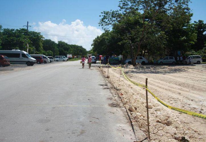 """Las obras inconclusas de remodelación del acceso a la zona arqueológica """"afea"""" al destino, advierten comerciantes. (Rossy López/SIPSE)"""