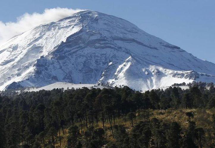 Además de las exhalaciones y la emisión de vapor y cenizas del volcán Popocatépetl, esta mañana se registró un sismo volcanotectónico. (Notimex)