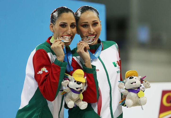 Las mexicanas Karem Achach y Nuria Diosdado muestran sus medallas de plata obtenidas en dueto rutina libre de nado sincronizado. (Folto: Conade)
