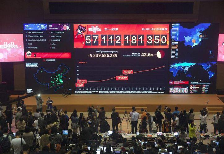 El tablero electrónico que marca las ventas del portal Alibaba durante el 'Día del Soltero' en Hangzhou, China, el 11 de noviembre de 2014. (EFE)