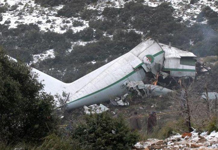 Confirman 76 muertos y un superviviente en el accidente aéreo en Argelia. Vista general de una parte de un avión destruido ayer, en una zona montañosa en la provincia Oum El Bouaghi. (Archivo/ EFE)