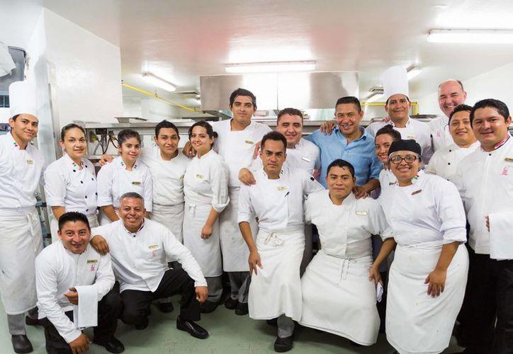 Nacho Ambriz con el chef Michel Mustiere y equipo de colaboradores del Restaurante Piaf. (Redacción/SIPSE)