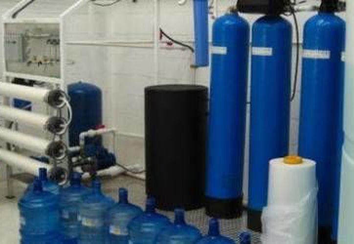Las autoridades de la Coordinación para la Protección Contra Riesgos Sanitario verificaron la perfecta cloración del agua en baños públicos. (Cortesía)