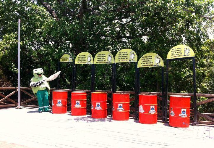 """La colocación de tambos de basura en parte del programa """"Tuga la Tortuga"""". (Cortesía/SIPSE)"""