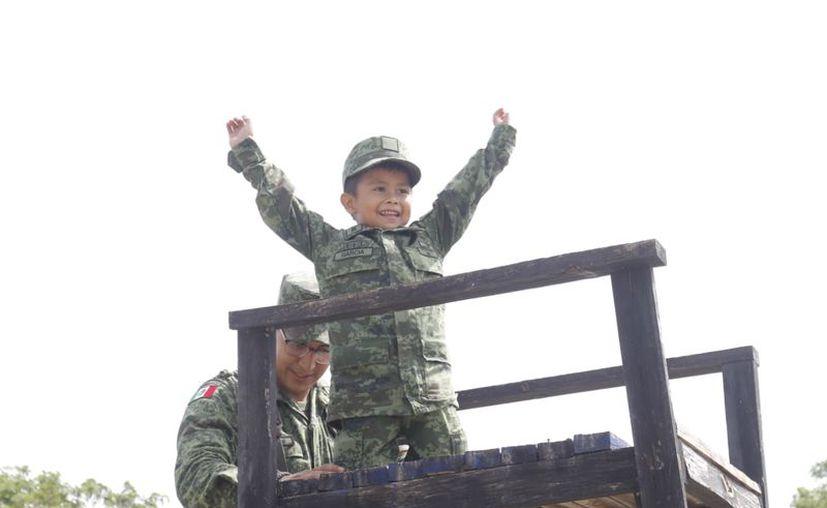 El pequeño Emiliano asumió con mucho compromiso y honor el nombramiento de 'Soldado Honorario'.