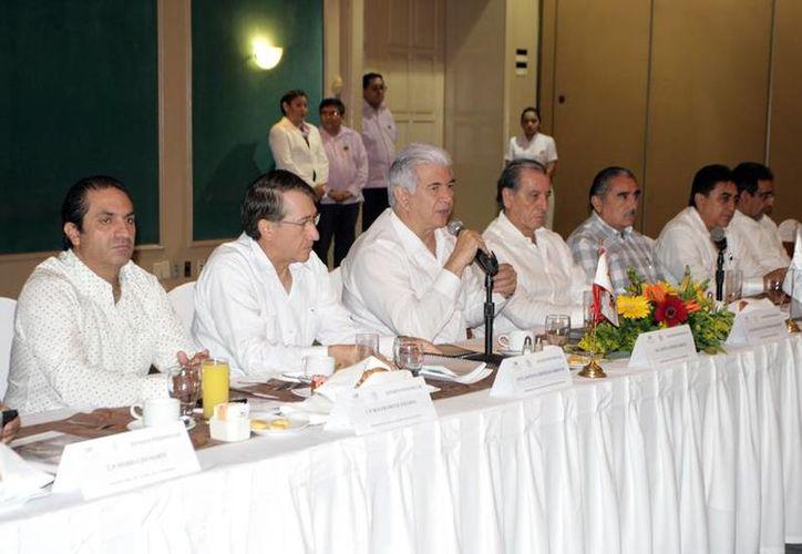 David Alpizar Carrillo, titular de la Sefoe, destacó el esfuerzo de mejorar y ampliar el servicio que realiza la CFE en la entidad, esto lo aseguró durante el XXX Consejo Consultivo del Estado de Yucatán. (Milenio Novedades)