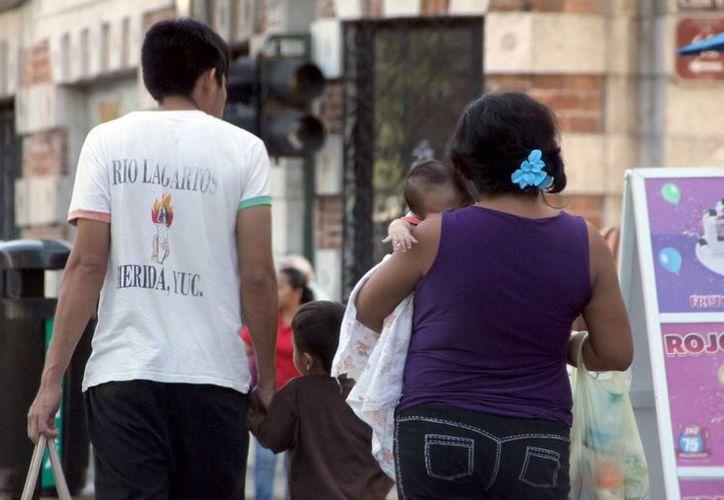 El Arzobispo de Yucatán hizo un llamado al pueblo en general a que no se dejen engañar de falsos profetas o agrupaciones que dicen ser parte de la Iglesia y a la vez promueven el aborto. Imagen de contexto de una familia en el centro de Mérida. (Milenio Novedades)