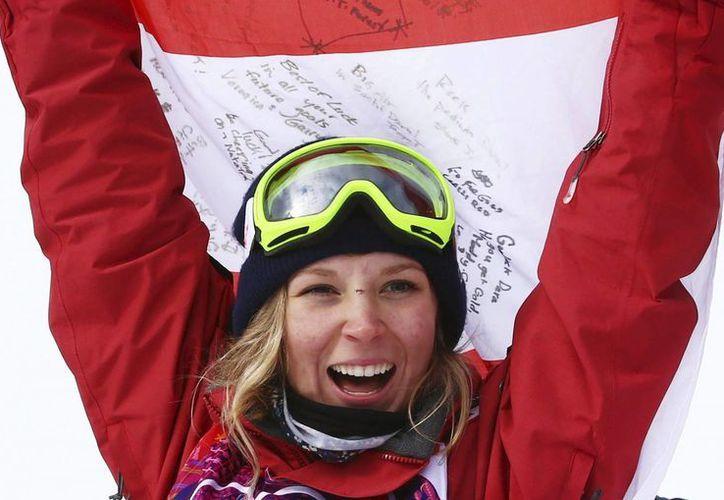 La canadiense Dara Howell celebra su victoria hoy en la prueba de slopestyle femenino de esquí acrobático en los Juegos Olímpicos de Invierno. (EFE)