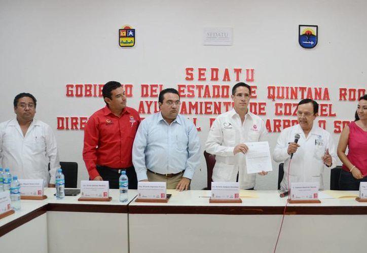 Funcionarios, el alcalde y el delegado de la Sedatu durante una junta. (Cortesía/SIPSE)