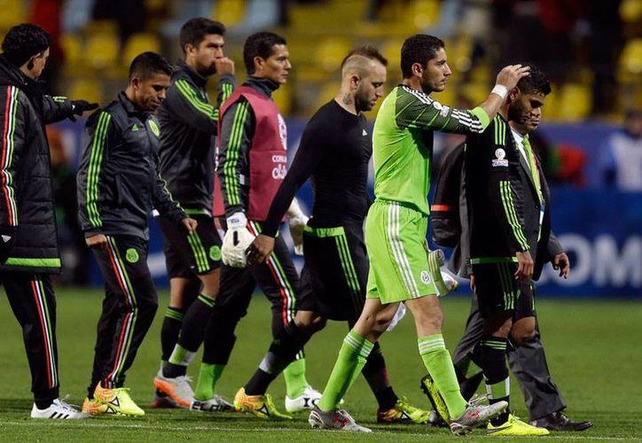 Jugadores de Selección Mexicana salen literalmente desconsolados, tras el empate frente a Bolivia en su primer partido de la Copa América 2015, en la fase de grupos. (AP)