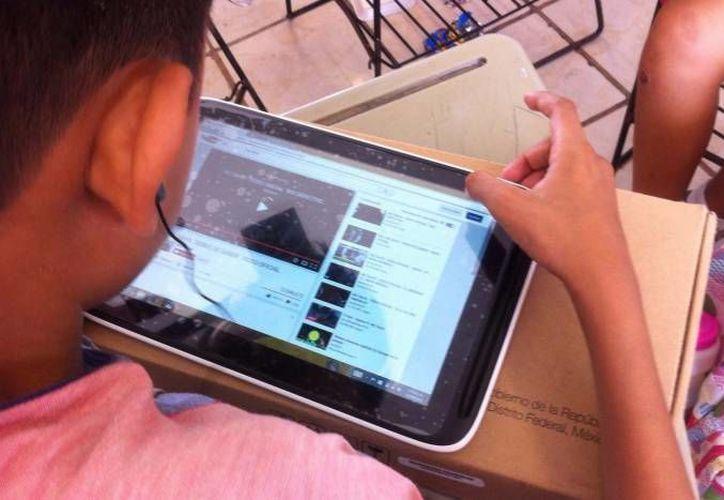 Los dispositivos son usados en clase para reforzar el conocimiento adquirido mediante videos. (Contexto/SIPSE)
