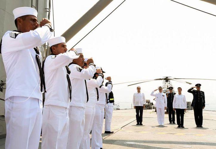 El mandatario encabezó la conmemoración del Día de la Marina en Manzanillo, Colima. (Presidencia)