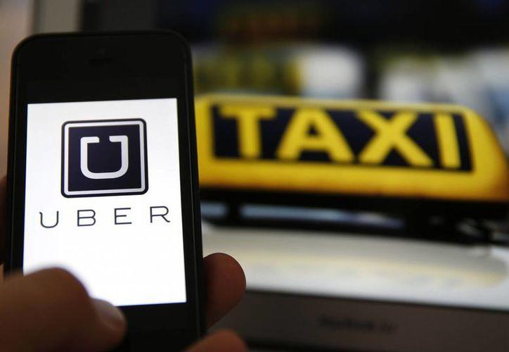 Uber recibió un duro golpe de un juez federal en California, quien dictó que los taxis convencionales pueden demandar a Uber debido a que su publicidad es engañosa. (noticiales.com)