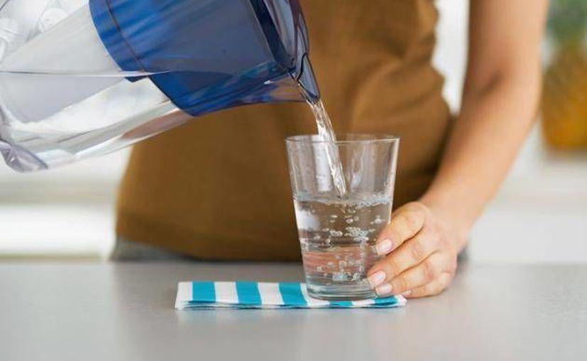 La recomendación de tomar ocho vasos de agua al día no tiene fundamento científico. (www.batanga.com)