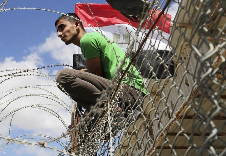 Un palestino sostiene una bandera egipcia durante una protesta en contra del cierre del paso de Rafah entre la Franja de Gaza en Palestina y Egipto en Rafah, Palestina. (EFE)