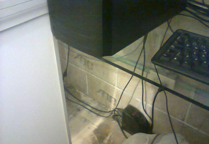 En algunos cibercafés hay aberturas entre las cabinas que permiten el cruce de los usuarios de una a otra. (Tomás Álvarez/SIPSE)