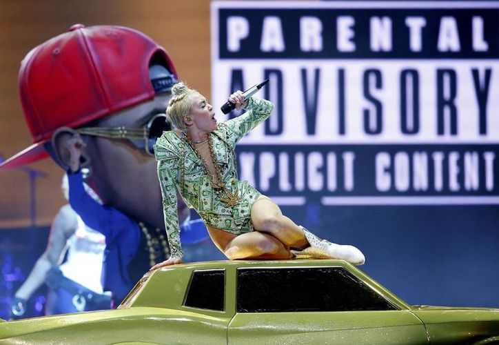 Aunque la mayor parte del concierto de Miley Cyrus fue apta para mayores de 13 años, fue clasificado para mayores de 18 porque ella no deja de lanzar groserías. (AP)