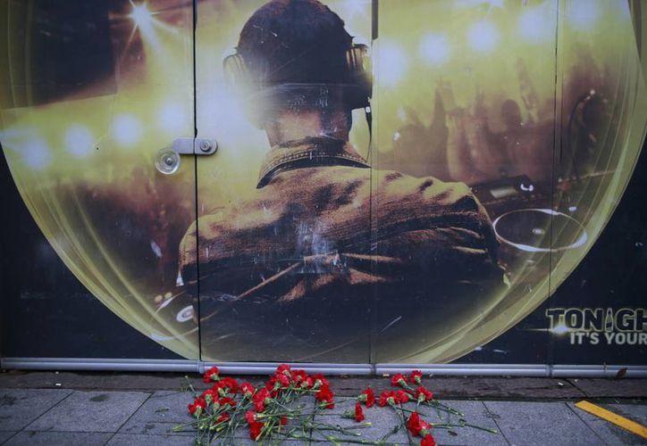 Con flores recuerdan a las víctimas del ataque a un club nocturno en Año Nuevo el exterior del recinto, en Estambul. (AP/Emrah Gurel)