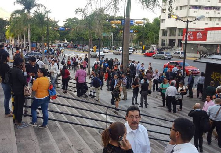 Los pobladores de la capital venezolana desalojaron sin problemas las edificaciones. (Twitter)
