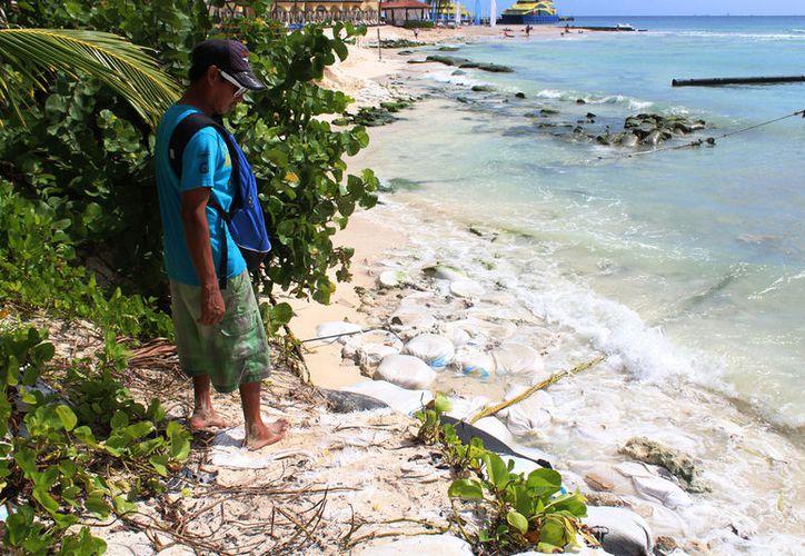 La erosión ha afectado siete metros de playa; ahora solo hay piedras y costales. (Foto: Octavio Martínez/SIPSE)