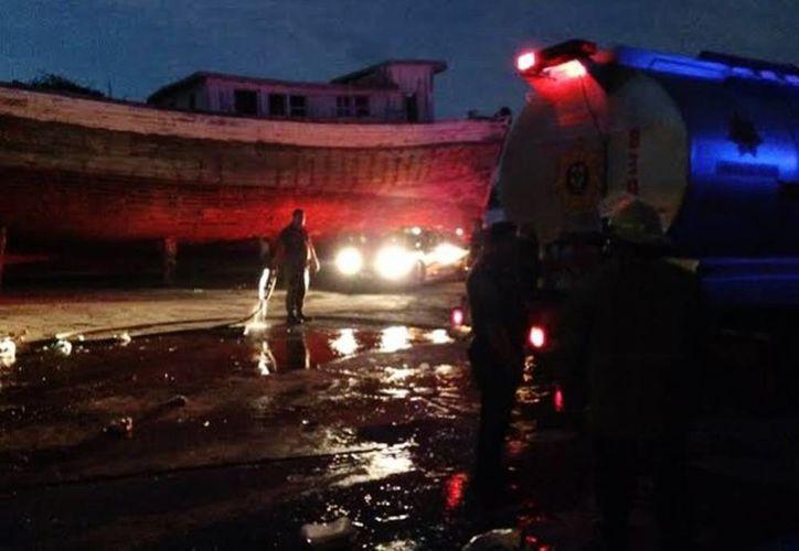 El siniestro del astillero en Progreso fue sofocado con una pipa de agua que envió la Secretaría de Marina Armada de México. (Óscar Pérez/SIPSE)