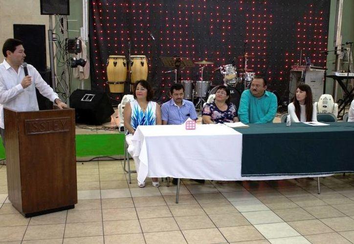 Enrique Castillo Ruz (al micrófono) felicitó a la base trabajadora del Isstey y destacó que el Instituto se caracteriza por ofrecer servicios de calidad a los miles de derechohabientes. (Foto cortesía del Gobierno de Yucatán)