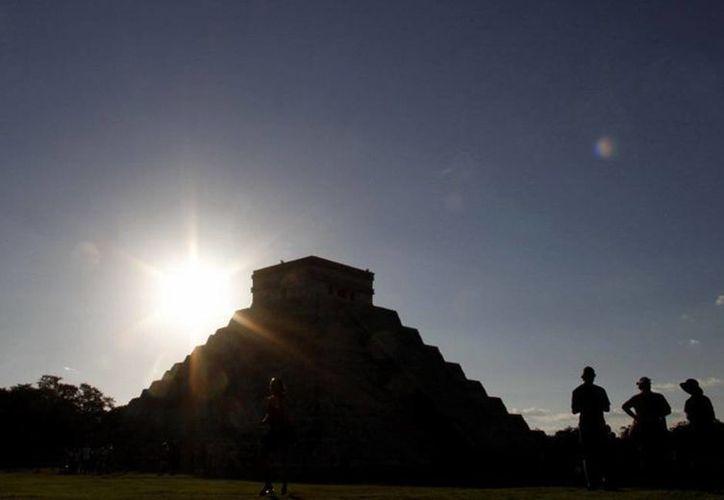 El fenómeno de luz y sombra más conocido es el del descenso de Kukulcán, sobre la alfarda noroeste del Castillo de Chichén Itzá. (Imágenes/ Milenio Novedades)