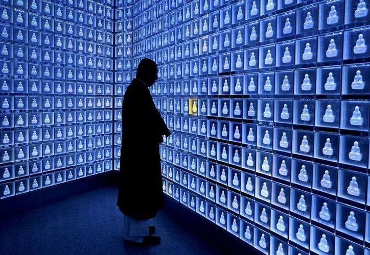 El edificio Shinjuku Rurikoin Byakurengedo, en Tokio, aloja un supermoderno cementerio. (maptia.com)
