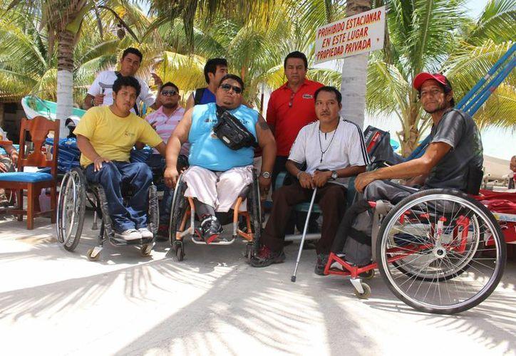Los 60 jugadores de básquetbol en silla de ruedas pasaron un rato recreativo en la playa inclusiva de Playa del Carmen.  (Luis Ballesteros/SIPSE)