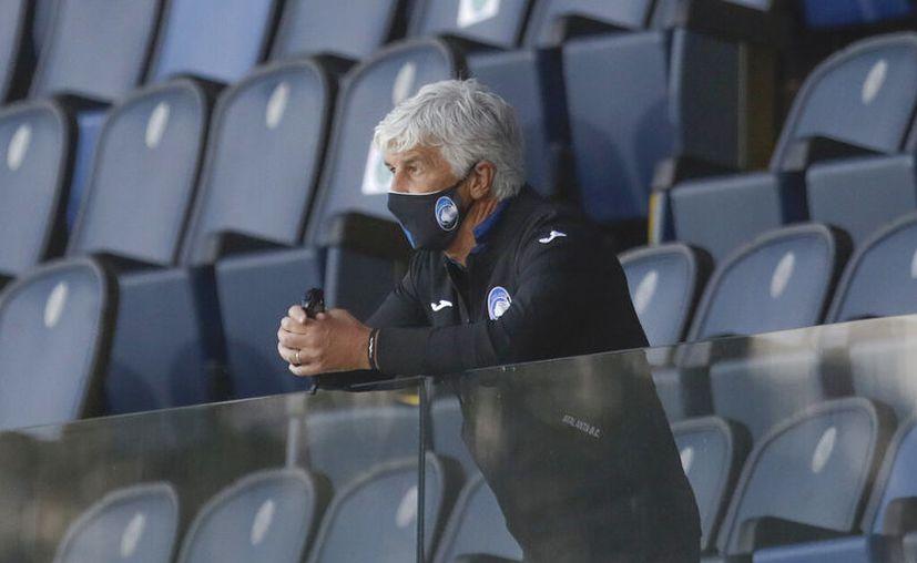 Gian Piero Gasperini, técnico del Atalanta, sigue la acción del partido desde las tribunas, tras ser expulsado. (Foto: AP)