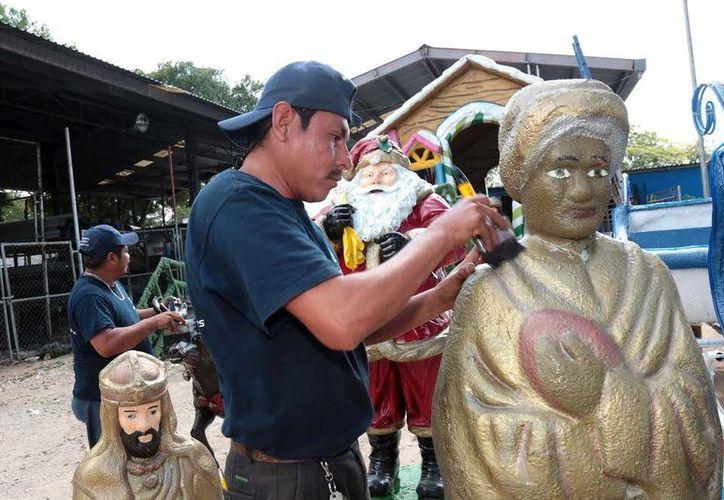 Trabajadores de la Comuna dan los últimos toques a la figuras navideñas. (Milenio Novedades)