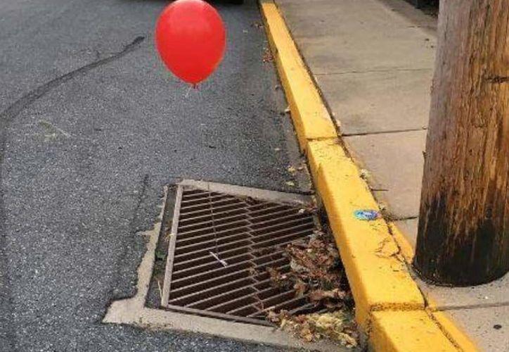 Los globos rojos son la tarjeta de presentación de Pennywise. (Facebook).